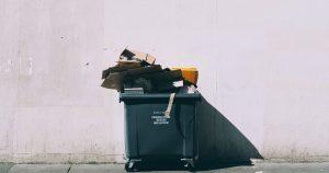 ごみを捨てる写真