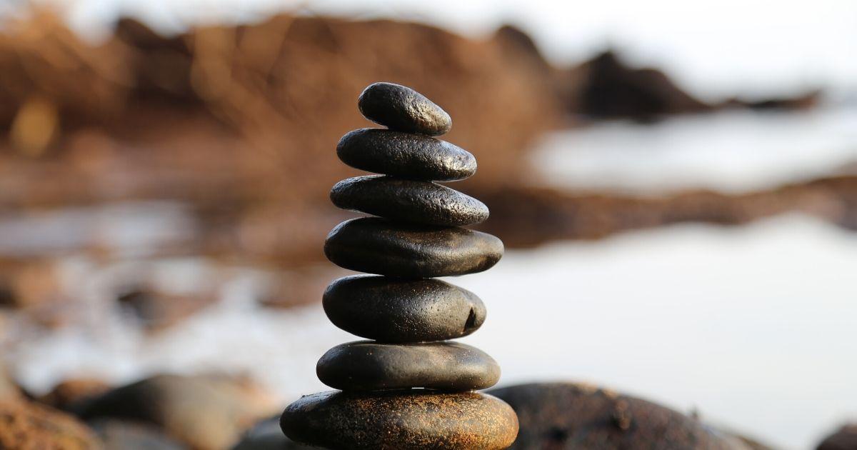 石を積み上げる写真
