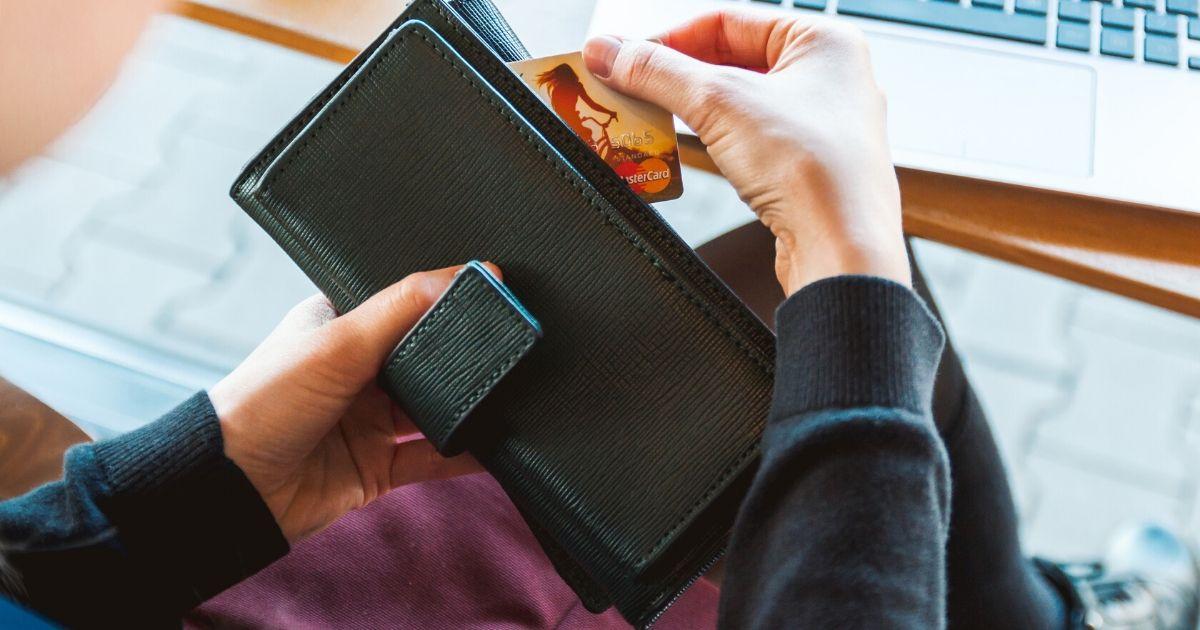 財布を使う人