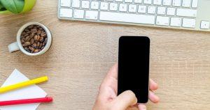 社用の携帯を使う写真