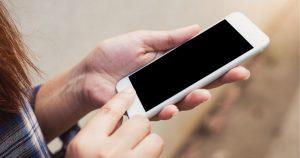 携帯を使う女性の写真