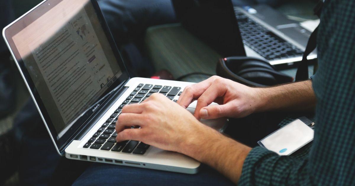 PCを使って働く男性の写真