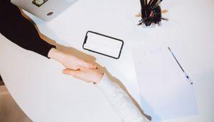 握手する写真