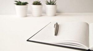 本とペンの写真