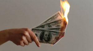 紙幣を燃やす写真