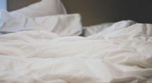 ベッドで休む